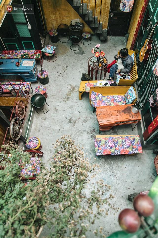 Chuyện chàng trai lớn lên từ ngôi làng ung thư quyết tâm tạo một quán cafe từ hàng nghìn đồ tái chế giữa phố cổ Hà Nội - Ảnh 4.