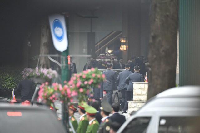 Đoàn xe chủ tịch Triều Tiên Kim Jong Un về đến khách sạn Melia, Hà Nội - Ảnh 4.