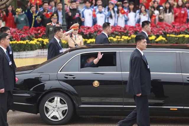 Dàn vệ sĩ của ông Kim Jong Un tái hiện màn chạy bộ ấn tượng trước cửa nhà ga Đồng Đăng, Việt Nam - Ảnh 6.
