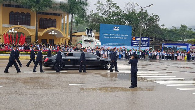 Dàn vệ sĩ của ông Kim Jong Un tái hiện màn chạy bộ ấn tượng trước cửa nhà ga Đồng Đăng, Việt Nam - Ảnh 7.