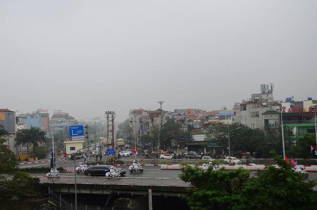 Đoàn xe chủ tịch Triều Tiên Kim Jong Un tiến vào trung tâm Hà Nội - Ảnh 6.