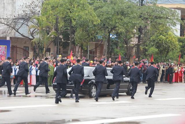 Dàn vệ sĩ của ông Kim Jong Un tái hiện màn chạy bộ ấn tượng trước cửa nhà ga Đồng Đăng, Việt Nam - Ảnh 8.