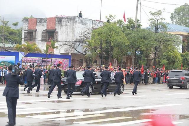 Dàn vệ sĩ của ông Kim Jong Un tái hiện màn chạy bộ ấn tượng trước cửa nhà ga Đồng Đăng, Việt Nam - Ảnh 9.
