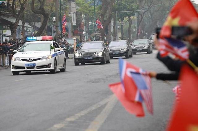 Nhìn gần đoàn xe Triều Tiên lăn bánh trên phố Hà Nội - Ảnh 8.