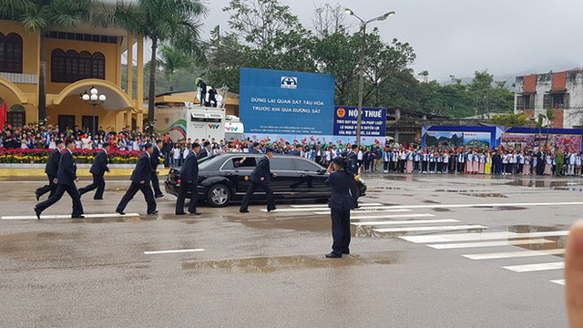 Dàn vệ sĩ của ông Kim Jong Un tái hiện màn chạy bộ ấn tượng trước cửa nhà ga Đồng Đăng, Việt Nam - Ảnh 10.