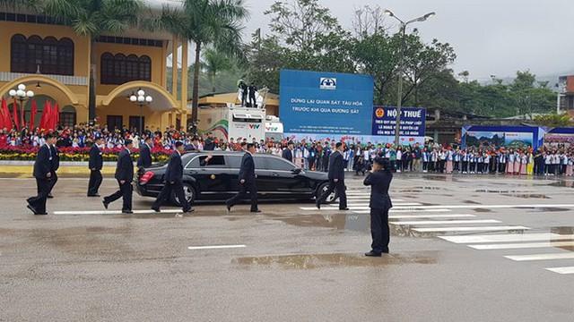 Dàn vệ sĩ của ông Kim Jong Un tái hiện màn chạy bộ ấn tượng trước cửa nhà ga Đồng Đăng, Việt Nam - Ảnh 11.