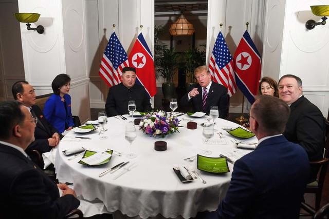 Ăn tối tại Hà Nội, Tổng thống Trump nhấn mạnh mối quan hệ đặc biệt với Chủ tịch Kim Jong Un - Ảnh 1.