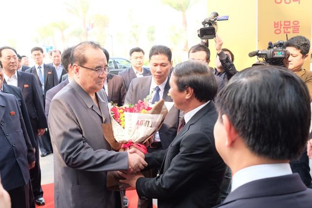 Cận cảnh phái đoàn Triều Tiên đến thăm nhà máy sản xuất VinFast và VinEco - Ảnh 1.