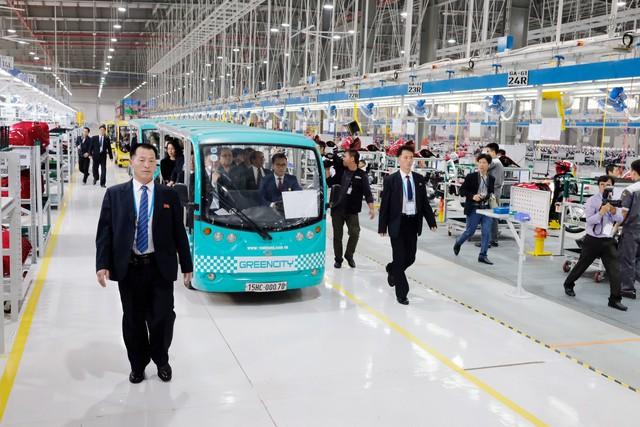 Cận cảnh phái đoàn Triều Tiên đến thăm nhà máy sản xuất VinFast và VinEco - Ảnh 4.