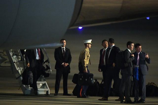 [ẢNH] Cận cảnh chiếc vali hạt nhân quyền lực - vật bất ly thân của Tổng thống Trump tại Hà Nội - Ảnh 1.