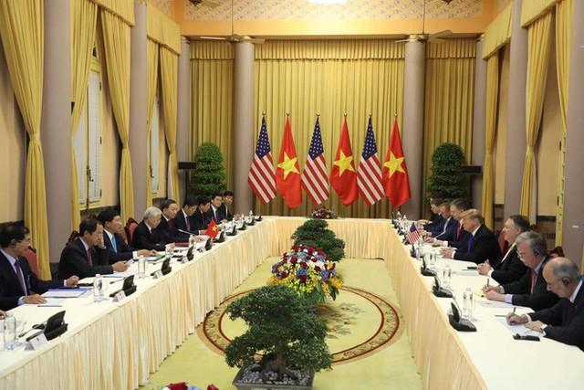 [NÓNG] Tổng thống Trump đã tới Phủ Chủ tịch để tham gia hội đàm cùng Tổng Bí thư, Chủ tịch nước Nguyễn Phú Trọng - Ảnh 1.