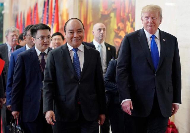 TT Trump trở về khách sạn sau hai buổi hội đàm cùng Tổng Bí thư, Chủ tịch nước Nguyễn Phú Trọng và Thủ tướng Nguyễn Xuân Phúc - Ảnh 1.