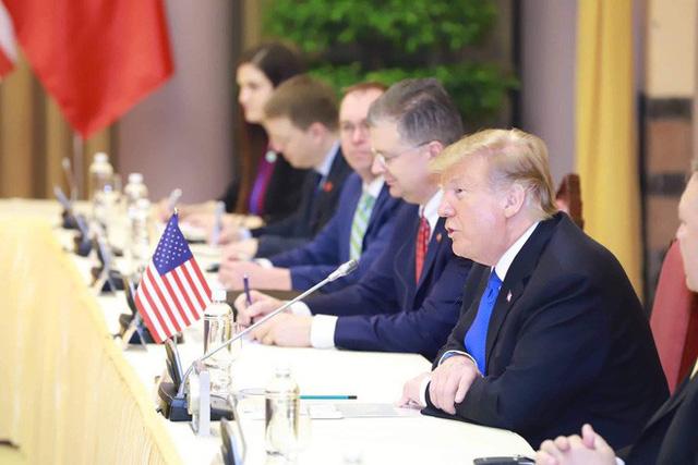 TT Trump trở về khách sạn sau hai buổi hội đàm cùng Tổng Bí thư, Chủ tịch nước Nguyễn Phú Trọng và Thủ tướng Nguyễn Xuân Phúc - Ảnh 2.