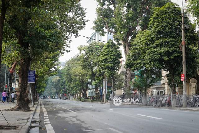 Nhiều tuyến phố Hà Nội vắng lặng, yên bình trước giờ diễn ra cuộc gặp thượng đỉnh giữa Tổng thống Donald Trump và Chủ tịch Kim Jong Un - Ảnh 1.