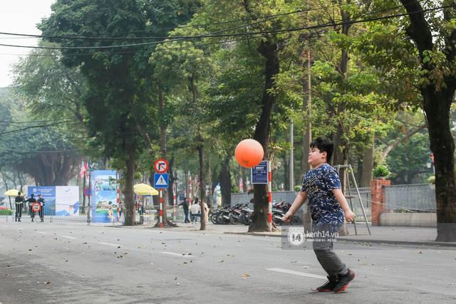 Nhiều tuyến phố Hà Nội vắng lặng, yên bình trước giờ diễn ra cuộc gặp thượng đỉnh giữa Tổng thống Donald Trump và Chủ tịch Kim Jong Un - Ảnh 12.
