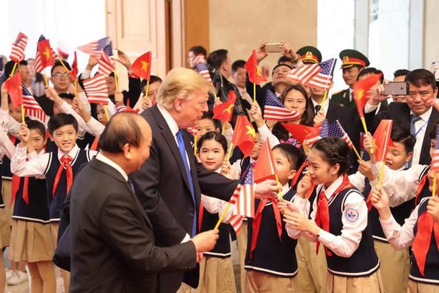 TT Trump trở về khách sạn sau hai buổi hội đàm cùng Tổng Bí thư, Chủ tịch nước Nguyễn Phú Trọng và Thủ tướng Nguyễn Xuân Phúc - Ảnh 3.