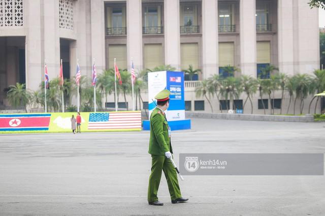 Nhiều tuyến phố Hà Nội vắng lặng, yên bình trước giờ diễn ra cuộc gặp thượng đỉnh giữa Tổng thống Donald Trump và Chủ tịch Kim Jong Un - Ảnh 3.