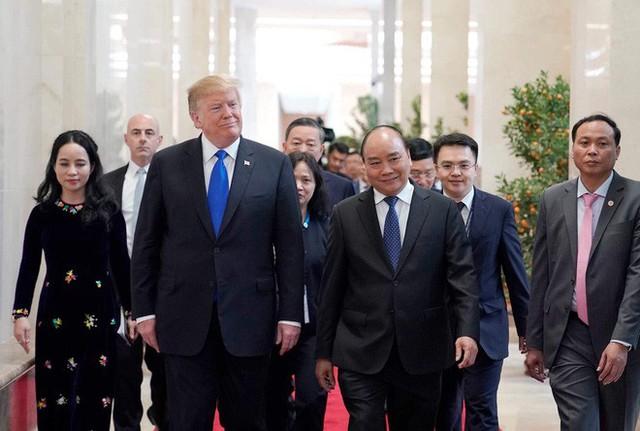 TT Trump trở về khách sạn sau hai buổi hội đàm cùng Tổng Bí thư, Chủ tịch nước Nguyễn Phú Trọng và Thủ tướng Nguyễn Xuân Phúc - Ảnh 4.