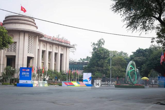 Nhiều tuyến phố Hà Nội vắng lặng, yên bình trước giờ diễn ra cuộc gặp thượng đỉnh giữa Tổng thống Donald Trump và Chủ tịch Kim Jong Un - Ảnh 4.