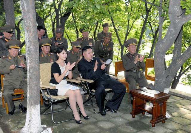 Những mẫu túi xách hàng hiệu chất đến từng đồng của phu nhân ông Kim Jong Un - Ảnh 7.