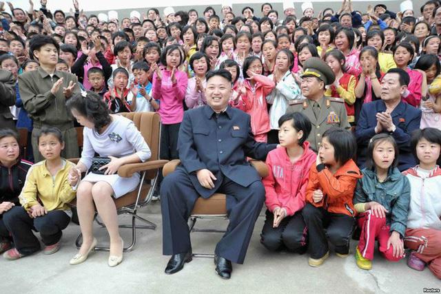Những mẫu túi xách hàng hiệu chất đến từng đồng của phu nhân ông Kim Jong Un - Ảnh 8.