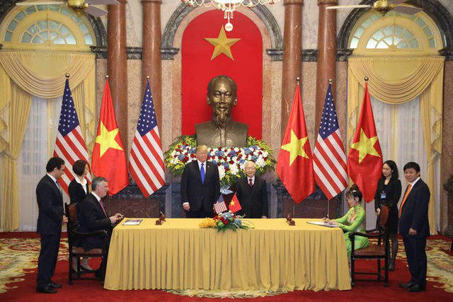 TT Trump trở về khách sạn sau hai buổi hội đàm cùng Tổng Bí thư, Chủ tịch nước Nguyễn Phú Trọng và Thủ tướng Nguyễn Xuân Phúc - Ảnh 8.