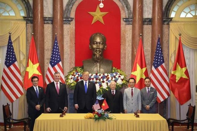 TT Trump trở về khách sạn sau hai buổi hội đàm cùng Tổng Bí thư, Chủ tịch nước Nguyễn Phú Trọng và Thủ tướng Nguyễn Xuân Phúc - Ảnh 9.