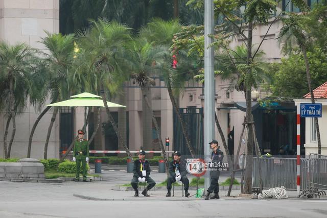 Nhiều tuyến phố Hà Nội vắng lặng, yên bình trước giờ diễn ra cuộc gặp thượng đỉnh giữa Tổng thống Donald Trump và Chủ tịch Kim Jong Un - Ảnh 9.
