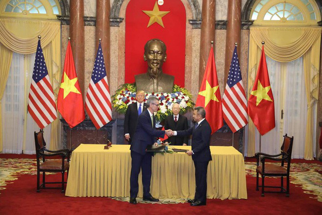 TT Trump trở về khách sạn sau hai buổi hội đàm cùng Tổng Bí thư, Chủ tịch nước Nguyễn Phú Trọng và Thủ tướng Nguyễn Xuân Phúc - Ảnh 10.
