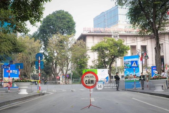 Nhiều tuyến phố Hà Nội vắng lặng, yên bình trước giờ diễn ra cuộc gặp thượng đỉnh giữa Tổng thống Donald Trump và Chủ tịch Kim Jong Un - Ảnh 10.