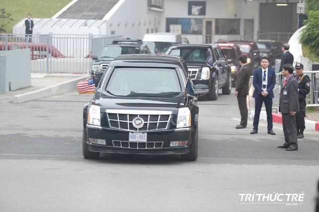 Thượng đỉnh ngày 2: Đoàn siêu xe The Beast của TT Trump xuất phát di chuyển đến khách sạn Metropole - Ảnh 1.