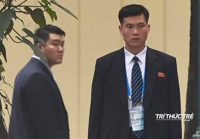 [ẢNH] Đội siêu cận vệ không cảm xúc đứng canh gác tại cửa rạp bí mật của ông Kim Jong Un - Ảnh 2.