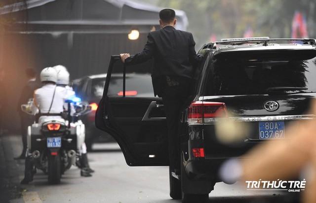 [ẢNH] Đội siêu cận vệ không cảm xúc đứng canh gác tại cửa rạp bí mật của ông Kim Jong Un - Ảnh 12.