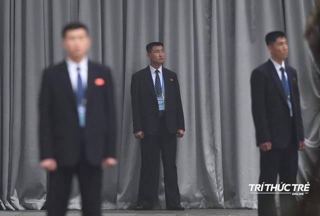 [ẢNH] Đội siêu cận vệ không cảm xúc đứng canh gác tại cửa rạp bí mật của ông Kim Jong Un - Ảnh 13.