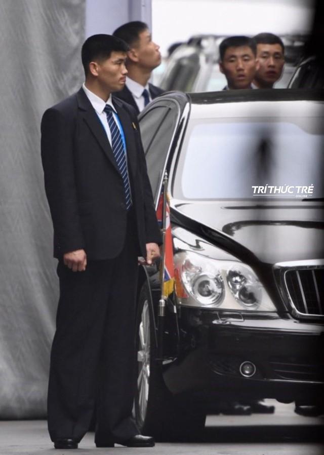 [ẢNH] Đội siêu cận vệ không cảm xúc đứng canh gác tại cửa rạp bí mật của ông Kim Jong Un - Ảnh 14.