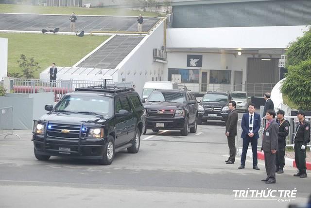 Thượng đỉnh ngày 2: Đoàn siêu xe The Beast của TT Trump xuất phát di chuyển đến khách sạn Metropole - Ảnh 3.