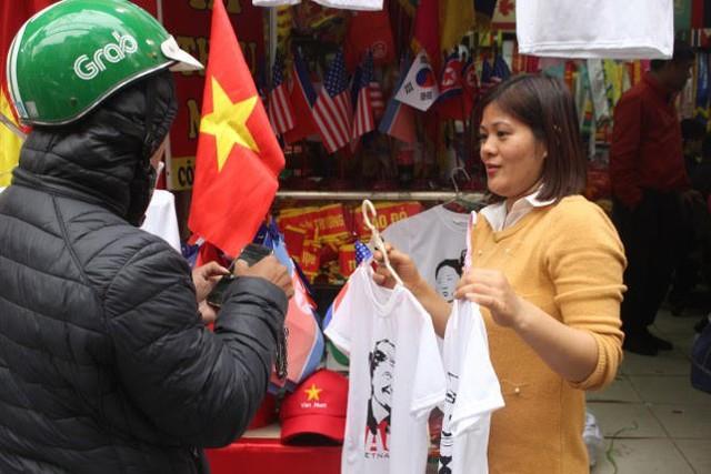 Thức đêm in áo hình nguyên thủ Mỹ - Triều Tiên, doanh thu tăng 6 lần - Ảnh 5.