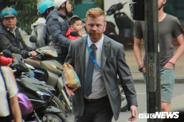 Đặc vụ Mỹ đi bộ cả cây số mua đồ ăn, khen cà phê Hà Nội ngon - Ảnh 5.