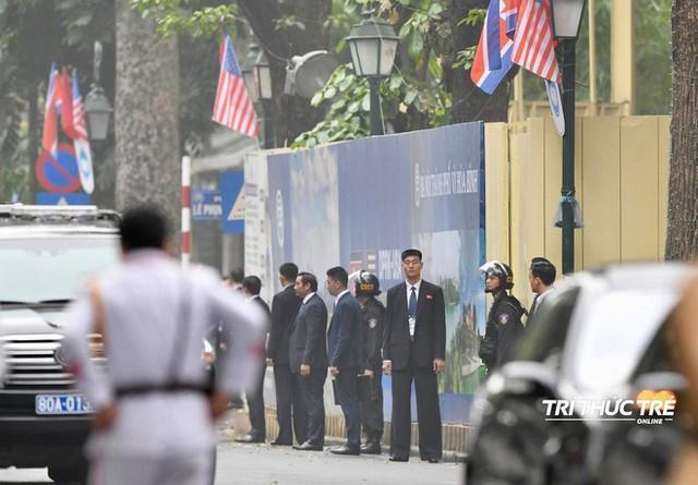 [ẢNH] Đội siêu cận vệ không cảm xúc đứng canh gác tại cửa rạp bí mật của ông Kim Jong Un - Ảnh 5.