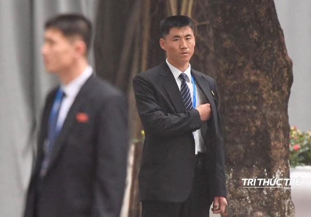 [ẢNH] Đội siêu cận vệ không cảm xúc đứng canh gác tại cửa rạp bí mật của ông Kim Jong Un - Ảnh 7.