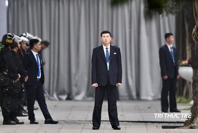 [ẢNH] Đội siêu cận vệ không cảm xúc đứng canh gác tại cửa rạp bí mật của ông Kim Jong Un - Ảnh 9.