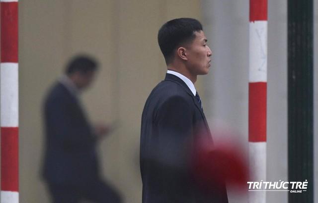 [ẢNH] Đội siêu cận vệ không cảm xúc đứng canh gác tại cửa rạp bí mật của ông Kim Jong Un - Ảnh 10.