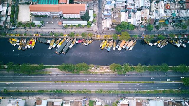 Chùm ảnh: Những chiếc thuyền đầy ắp hoa xuân cập bến ở Sài Gòn qua góc nhìn xinh xắn từ flycam - Ảnh 1.