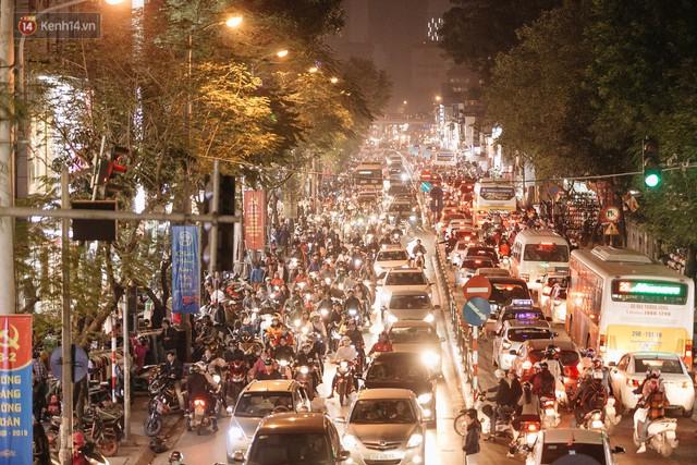 Vỉa hè Hà Nội trở thành chợ thời trang, trẻ em ngồi thùng xốp phụ bố mẹ bán hàng ngày cận Tết - Ảnh 1.