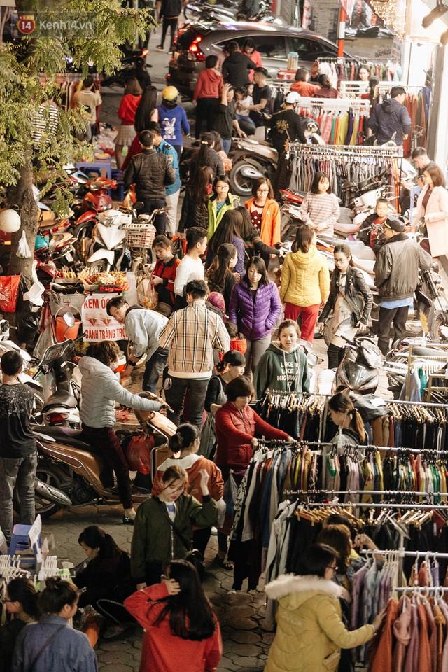Vỉa hè Hà Nội trở thành chợ thời trang, trẻ em ngồi thùng xốp phụ bố mẹ bán hàng ngày cận Tết - Ảnh 2.