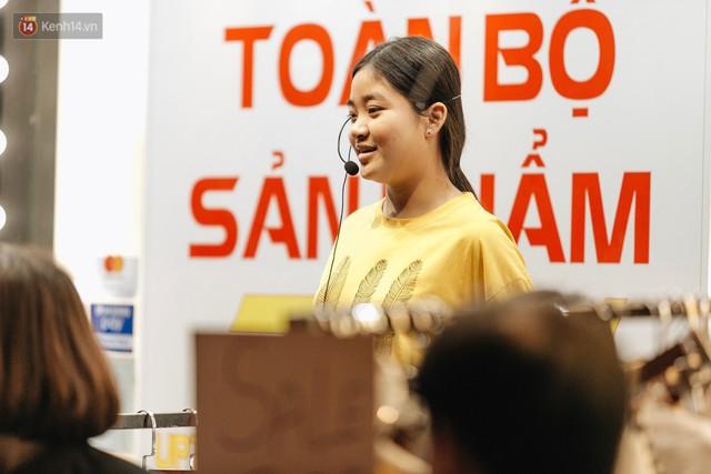 Vỉa hè Hà Nội trở thành chợ thời trang, trẻ em ngồi thùng xốp phụ bố mẹ bán hàng ngày cận Tết - Ảnh 11.