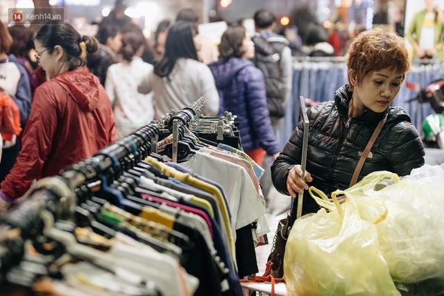 Vỉa hè Hà Nội trở thành chợ thời trang, trẻ em ngồi thùng xốp phụ bố mẹ bán hàng ngày cận Tết - Ảnh 12.