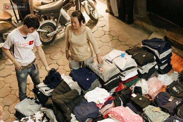 Vỉa hè Hà Nội trở thành chợ thời trang, trẻ em ngồi thùng xốp phụ bố mẹ bán hàng ngày cận Tết - Ảnh 13.