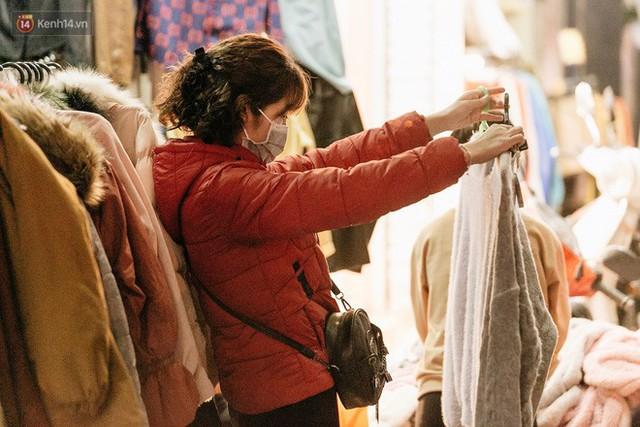 Vỉa hè Hà Nội trở thành chợ thời trang, trẻ em ngồi thùng xốp phụ bố mẹ bán hàng ngày cận Tết - Ảnh 15.