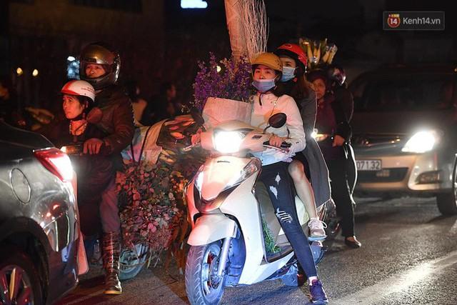 Người dân chen chúc đi mua hoa tại chợ Quảng An, giao thông qua chợ ùn tắc kéo dài - Ảnh 16.